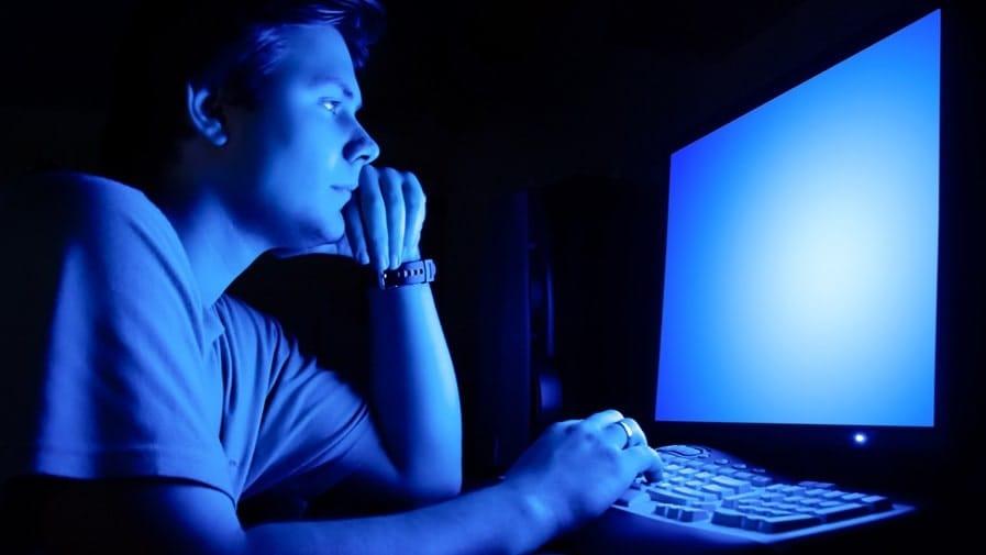 Lumière bleue des écrans : comment les éviter ?