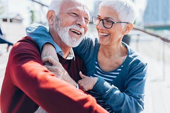 Un couple seniors prenant du bon temps