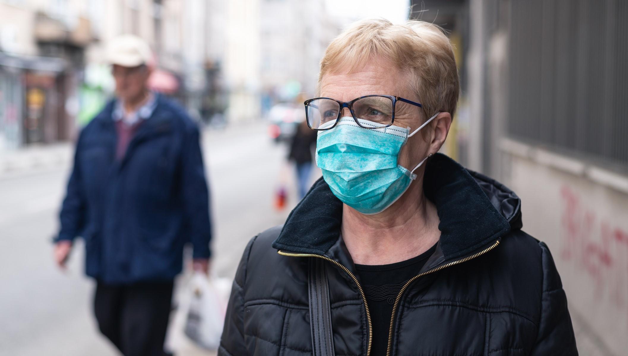 Boutons, migraines, irritations… Comment éviter les petits maux causés par le port du masque ?
