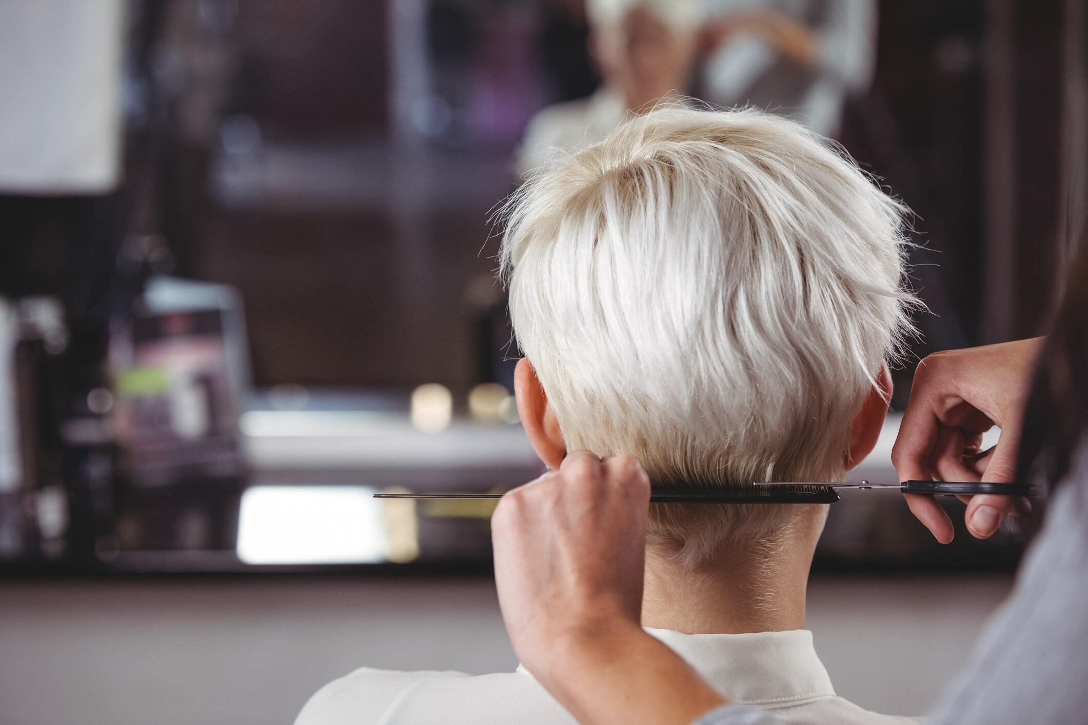 Assumer ses cheveux blancs : la nouvelle tendance qui fait du bien